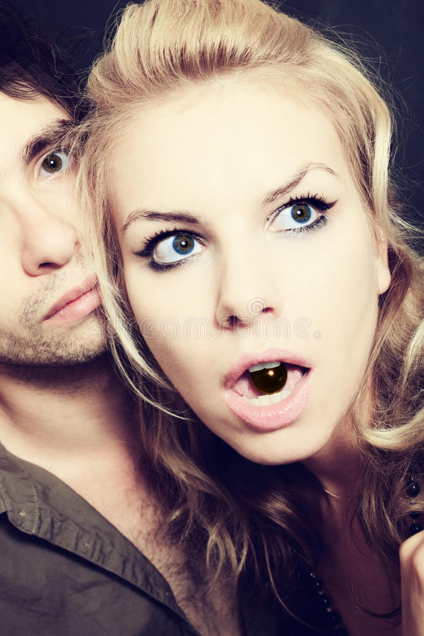 Uomini e donne con le caramelle di cioccolato immagine stock libera da diritti