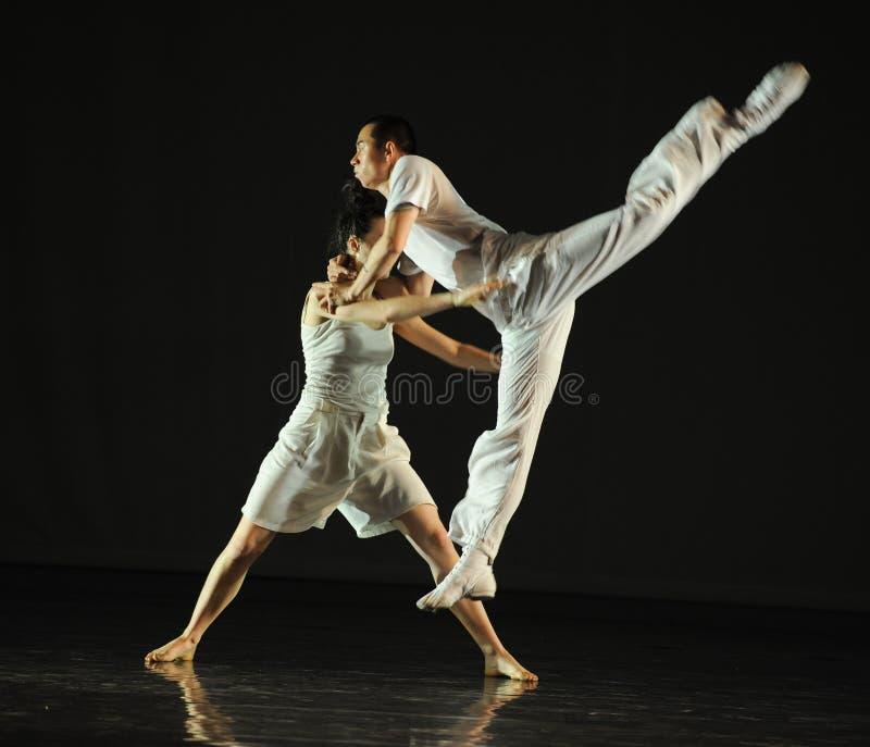 Uomini e donne della danza moderna fotografia stock