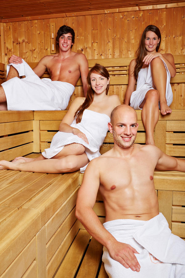 Uomini e donne nella sauna fotografie stock