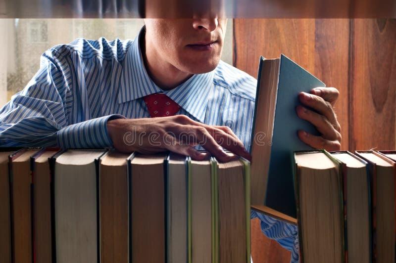 Uomini e libro immagini stock libere da diritti