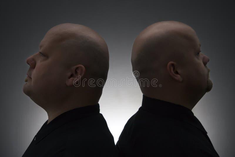 Uomini gemellare di nuovo alla parte posteriore. fotografia stock
