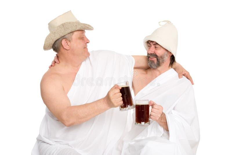 Uomini in kvas tradizionali della bevanda dei costumi da bagno fotografie stock libere da diritti