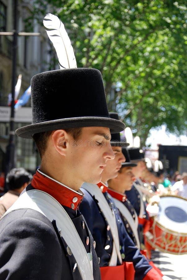 Uomini nella parata del costume del soldato immagine stock