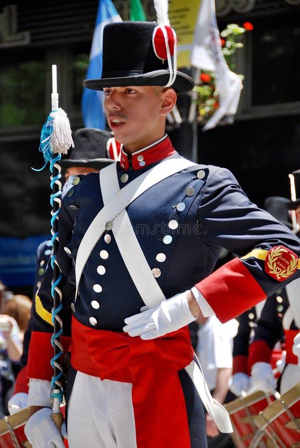 Uomini nella parata del costume del soldato fotografie stock