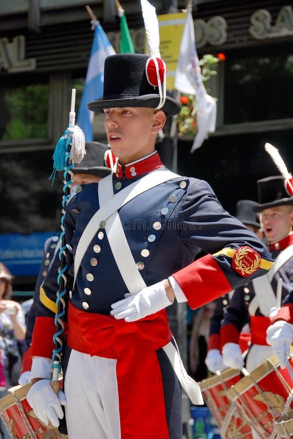 Uomini nella parata del costume del soldato immagine stock libera da diritti