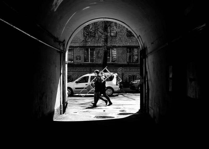 Uomini sul lavoro San Pietroburgo fotografie stock libere da diritti