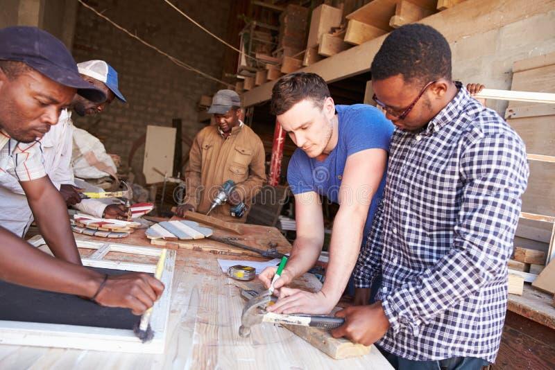 Uomini sul lavoro in un'officina di carpenteria, Sudafrica fotografia stock
