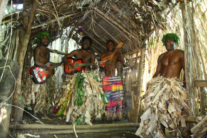 Uomini tribali del villaggio della Vanuatu che giocano chitarra fotografia stock libera da diritti