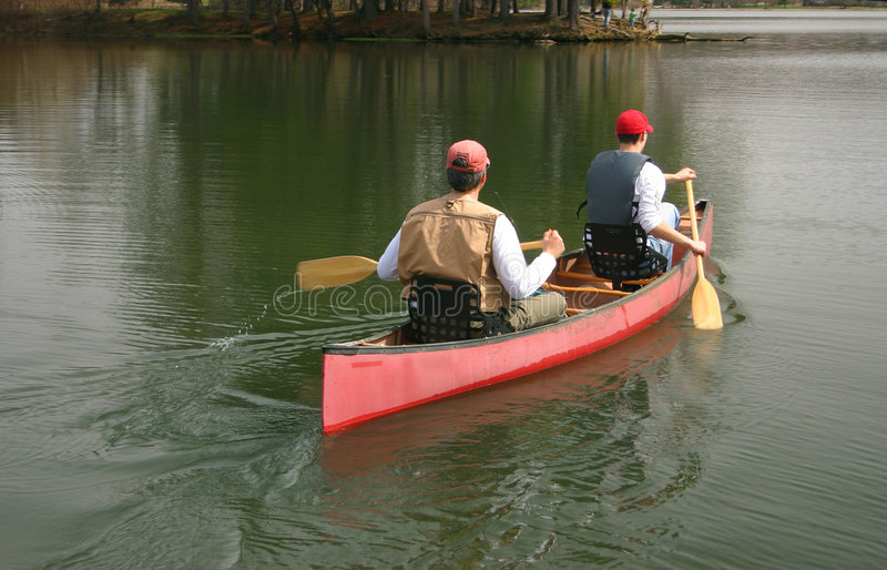 Uomini in una canoa immagini stock