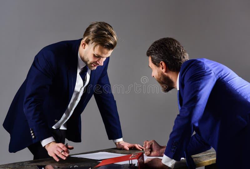 Uomini in vestito o uomini d'affari con l'espressione tesa fotografia stock
