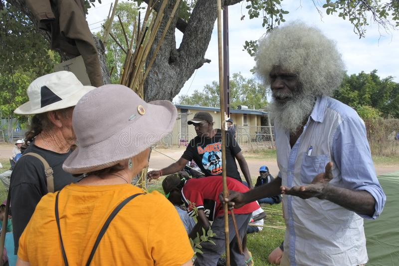 Uomo aborigeno degli australiani indigeni che dice i turisti circa la sua eredità immagine stock libera da diritti