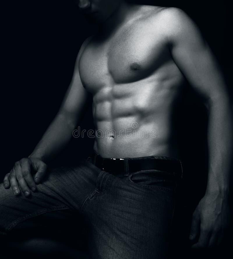Uomo adatto con i muscoli sexy dell'ABS immagini stock