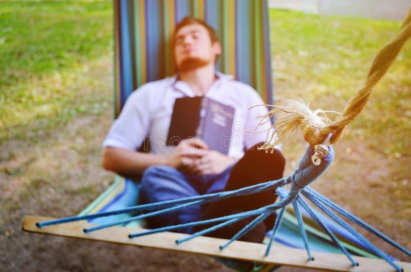 Uomo addormentato della sfuocatura come fondo immagini stock libere da diritti