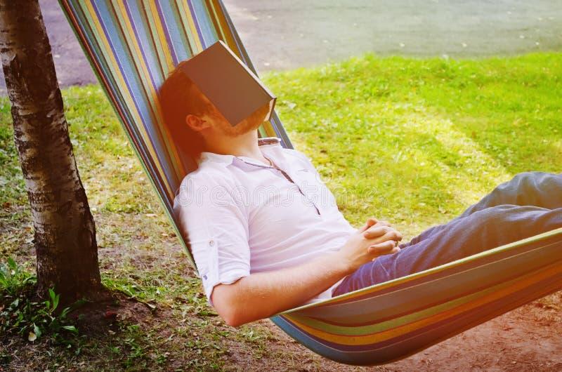 Uomo addormentato nell'amaca fotografia stock libera da diritti