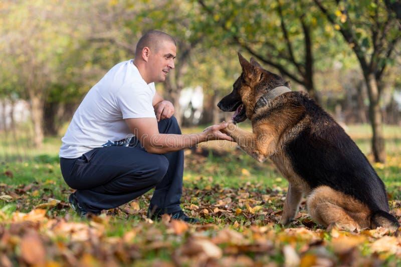 Uomo adulto con il suo cane fotografie stock libere da diritti