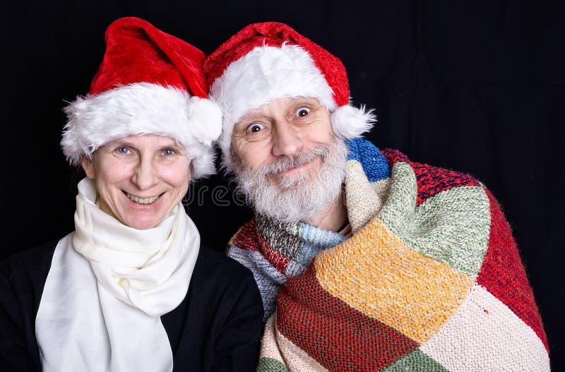 Uomo adulto con la barba bianca e donna travestita in Santa Claus immagini stock libere da diritti