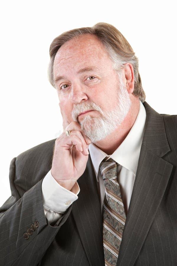 Uomo adulto con la mano sul mento immagine stock libera da diritti