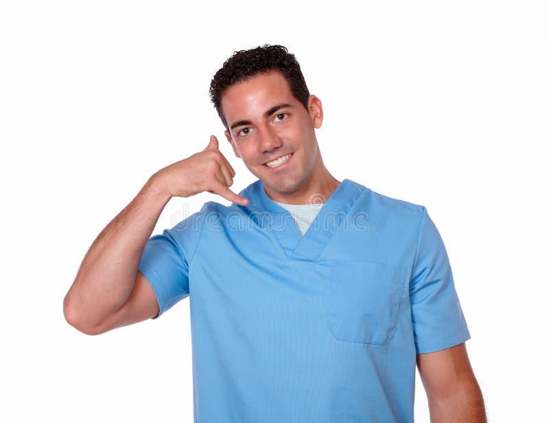 Uomo adulto dell'infermiere con la chiamata del gesto fotografia stock