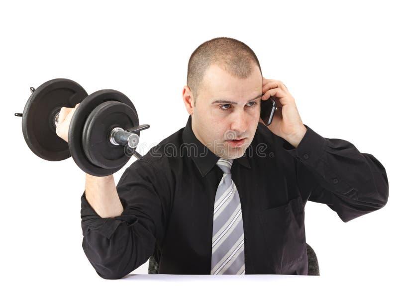 Uomo adulto di affari che fa forma fisica sul lavoro immagini stock libere da diritti