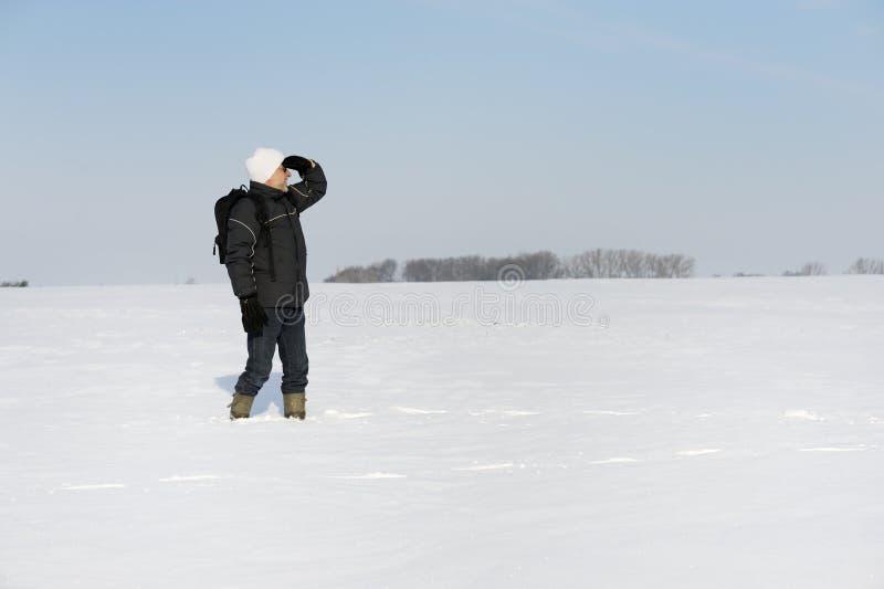 Uomo adulto nel paesaggio di inverno immagini stock