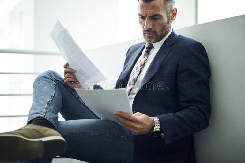 Uomo adulto in rivestimento e vetri che cercano informazioni la fornitura Servizio Giuridico e della consultazione che analizza i immagini stock libere da diritti