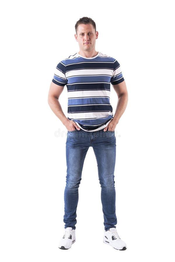 Uomo adulto serio arrabbiato che aggrotta le sopracciglia e che esamina macchina fotografica in abbigliamento casual con le mani  fotografie stock libere da diritti