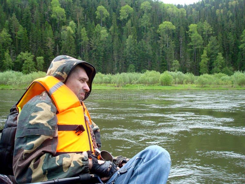 Uomo adulto turistico sul fiume siberiano fotografia stock libera da diritti