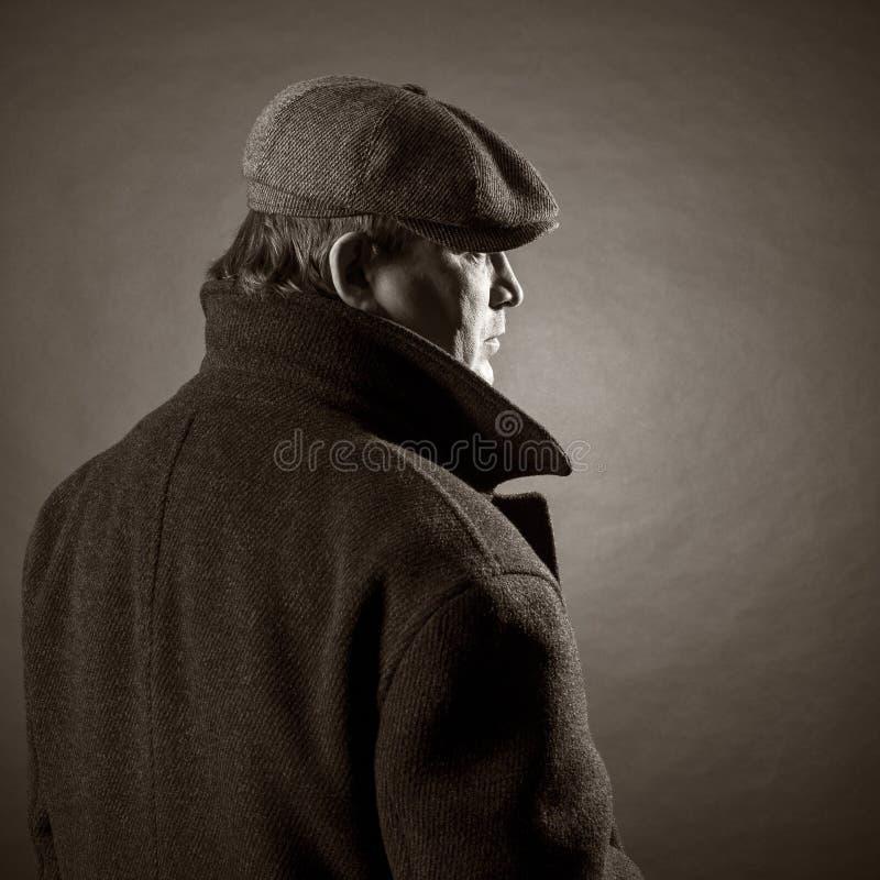 Uomo adulto in un cappuccio immagine stock
