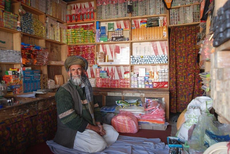 Uomo afgano nel suo negozio fotografia stock