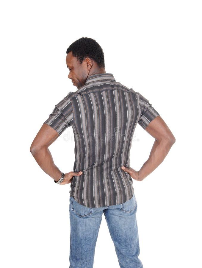 Uomo africano alto bello che sta dalla parte posteriore fotografia stock