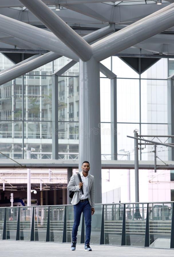 Uomo africano che cammina da solo all'aeroporto immagine stock libera da diritti