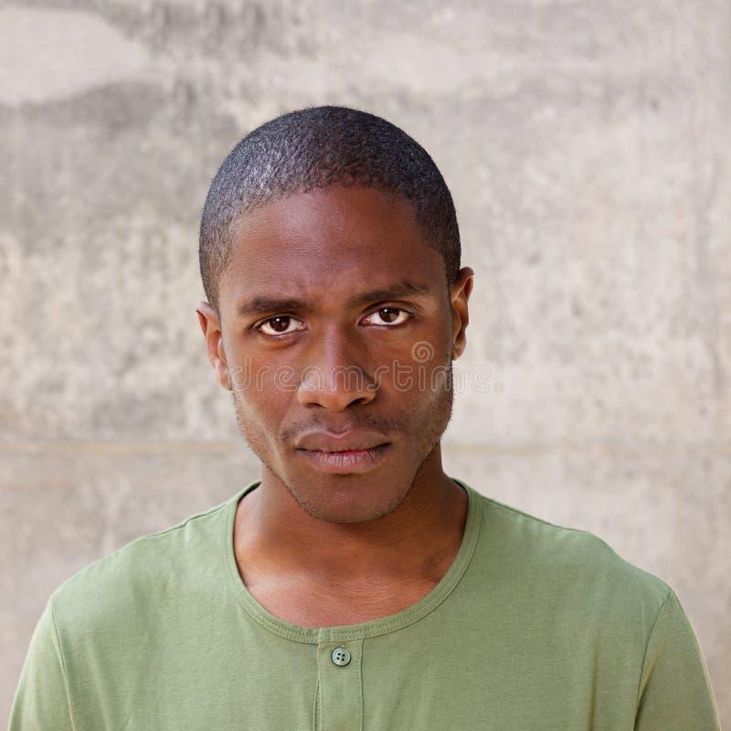 Uomo africano che fissa con l'espressione seria immagini stock