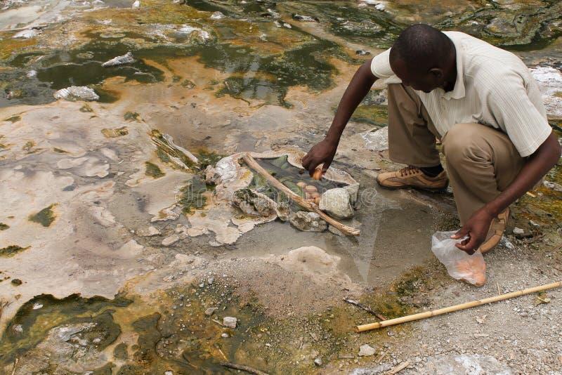 Uomo africano che prepara pranzo. immagine stock