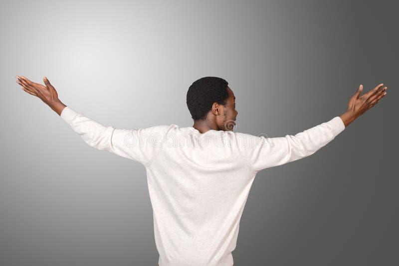 Uomo africano che sta indietro immagini stock libere da diritti