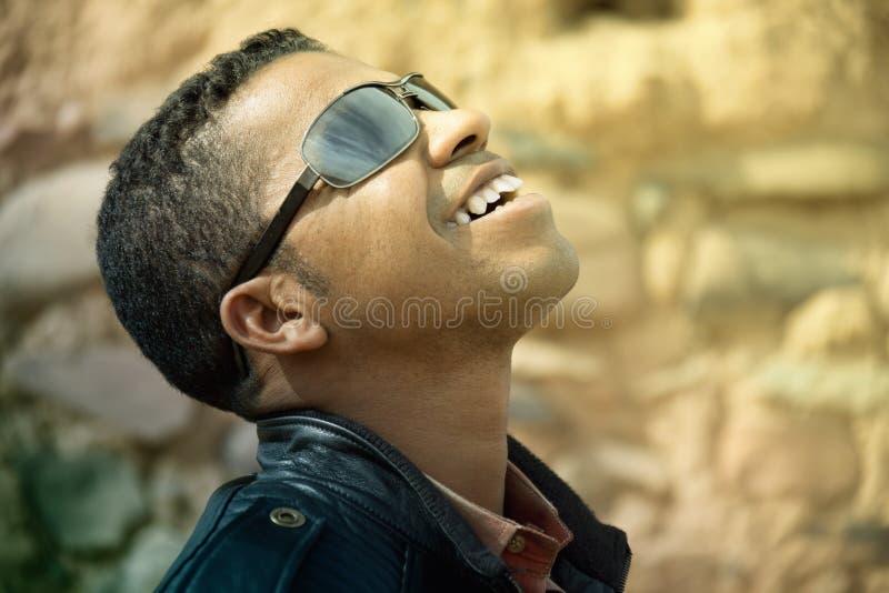 Uomo africano sorridente felice fotografie stock libere da diritti