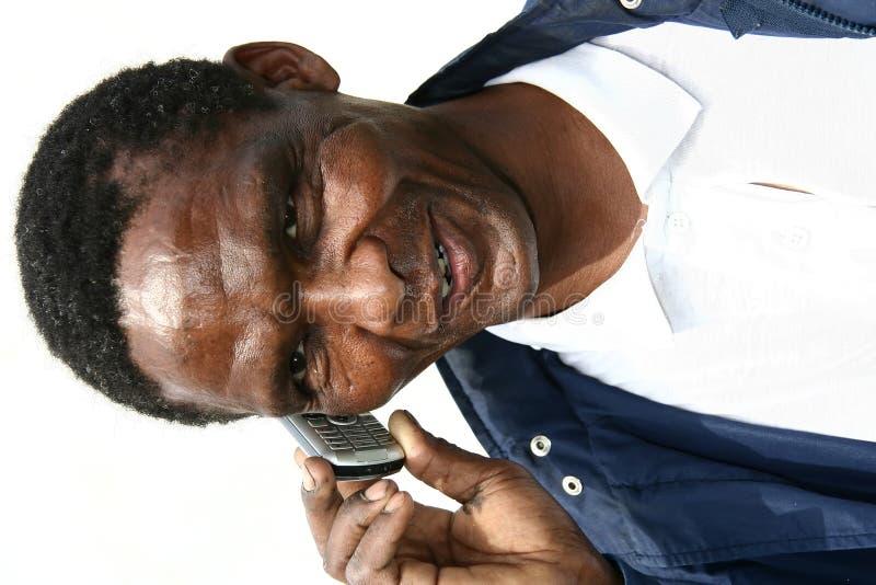 Uomo africano sul telefono delle cellule fotografia stock