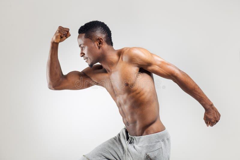 Uomo afroamericano atletico senza camicia fotografie stock