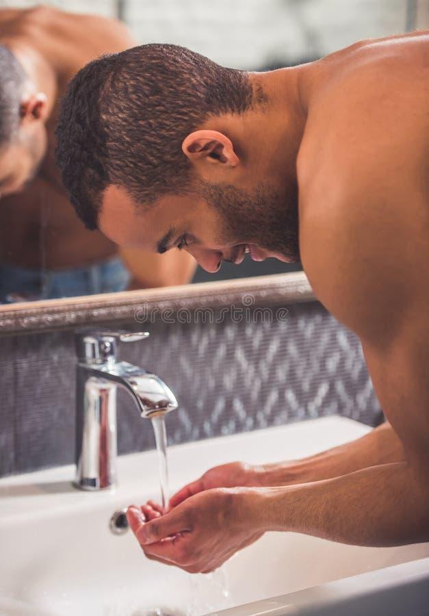 Uomo afroamericano in bagno fotografia stock immagine di adulto masculinity 86581820 - Botero uomo in bagno ...