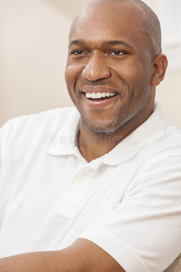 Uomo afroamericano bello felice a casa fotografia stock libera da diritti