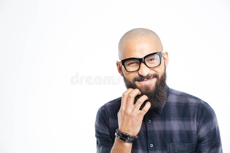 Uomo afroamericano bello in vetri che graffiano la sua barba fotografia stock