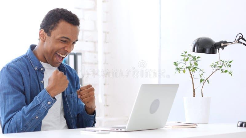 Uomo afroamericano che celebra successo e risultato fotografie stock libere da diritti