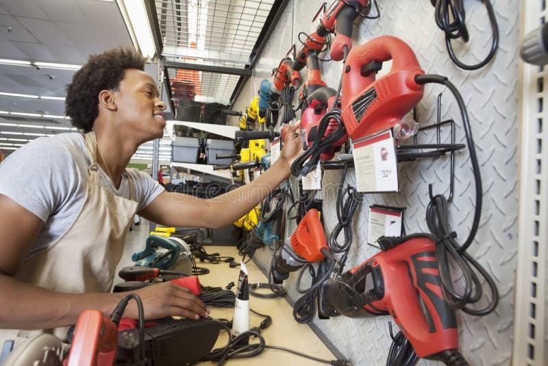 Uomo afroamericano che lavora in un deposito di elettronica immagini stock libere da diritti