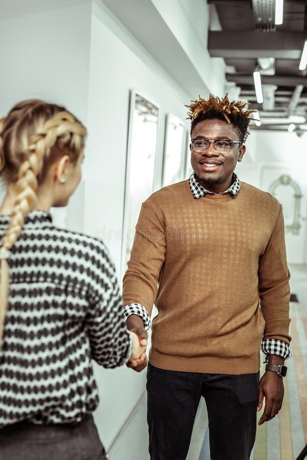 Uomo afroamericano con i dreadlocks che portano maglione tricottato fotografie stock libere da diritti