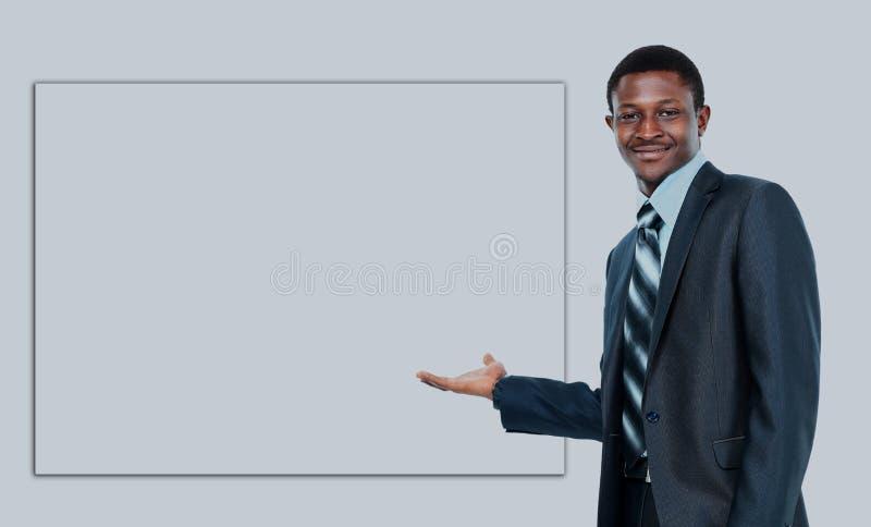 Uomo afroamericano di affari che mostra insegna in bianco, isolata sopra fondo bianco fotografia stock libera da diritti