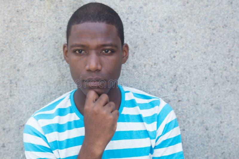 Uomo afroamericano povero e triste immagine stock libera da diritti