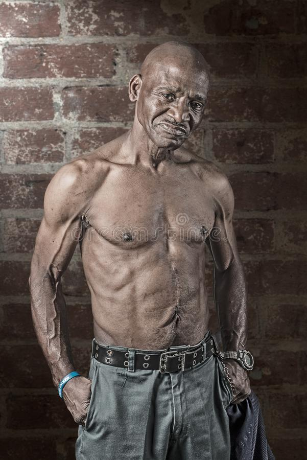 Uomo afroamericano senior duro di Musular con la grande cicatrice sul suo addome immagine stock libera da diritti