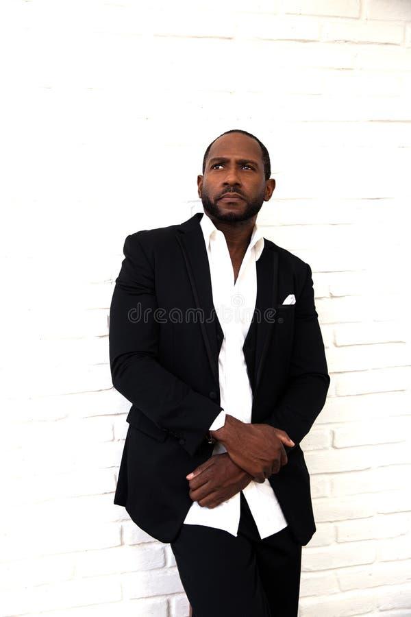 Uomo afroamericano serio bello di affari in vestito nero di classe fotografie stock