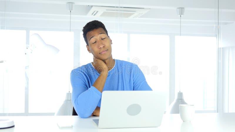 Uomo afroamericano stanco con dolore al collo immagine stock libera da diritti