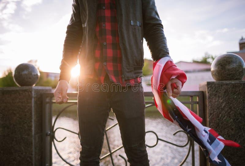 Uomo aggressivo con la bandiera americana fotografia stock