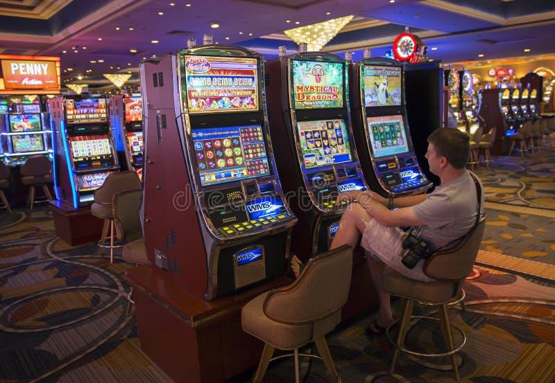 Uomo agli slot machine immagine stock libera da diritti